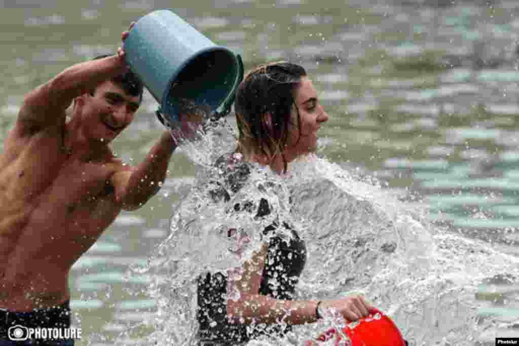 Праздник начинается с самого раннего утра, все поливают друг друга водой, кто из чего может, невзирая при этом на возраст, пол и общественное положение.