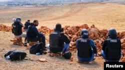 Turkiya hududidan Suriyaning Kobani shahrini kuzatayotgan jurnalistlar.