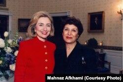 در کنار هیلاری کلینتون، بانوی اول وقت آمریکا در ۱۹۹۵