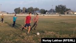 Играющие на поле сельские дети. Алматинская область, 6 октября 2019 года.