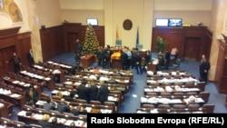 Собраниската сала на 24 декмври, во времето кога пратениците од опозицијата се уште беа во Парламентот.