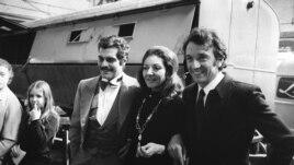 عمر شریف (نفر اول از چپ) همراه با ماریا کالاس، خواننده اپرا، و ژان پیر کسل، بازیگر فرانسوی