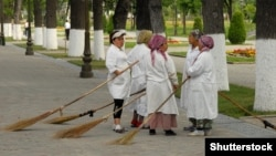 Street sweepers in the Uzbek city of Samarkand say they had not been paid for the past three months. (file photo)