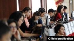 Кыргызстандык журналисттер парламентте.