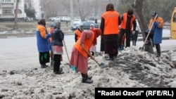 According to one Tajik government source, there have been complaints that the wives of officials don't pull their weight when it comes to doing volunteer work, such as cleaning roads and park maintenance. (file photo)