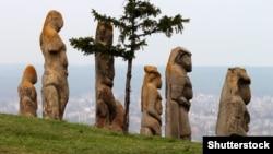 Монументальні кам'яні скульптури в музейній експозиції на околиці міста Ізюм Харківської області