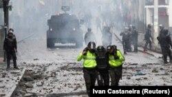 حمل یکی از افراد پلیس ضد شورش در اکوادور، طی اعتراضات اخیر