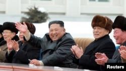 Kim Jong Un (u sredini), fotoarhiv