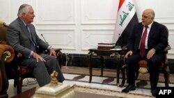 Государственный секретарь США Рекс Тиллерсон (слева) и премьер-министр Ирака Хайдер аль-Абади. Багдад, 23 октября 2017 года