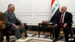 Государственный секретарь США Рекс Тиллерсон (слева) и премьер-министр Ирака Хайдер аль-Абади. Багдад, 23 октября 2017 года.