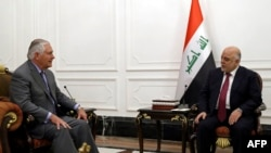АҚШ мемлекеттік хатшысы Рекс Тиллерсон Ирак премьер-министрі Хайдар әл-Абадимен кездесіп отыр. Бағдад, 23 қазан 2017 жыл.