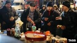 Дальнобойщики, выступающие против системы «Платон», на парковке торгового центра «Мега-Химки». Химки, 4 декабря 2015 года