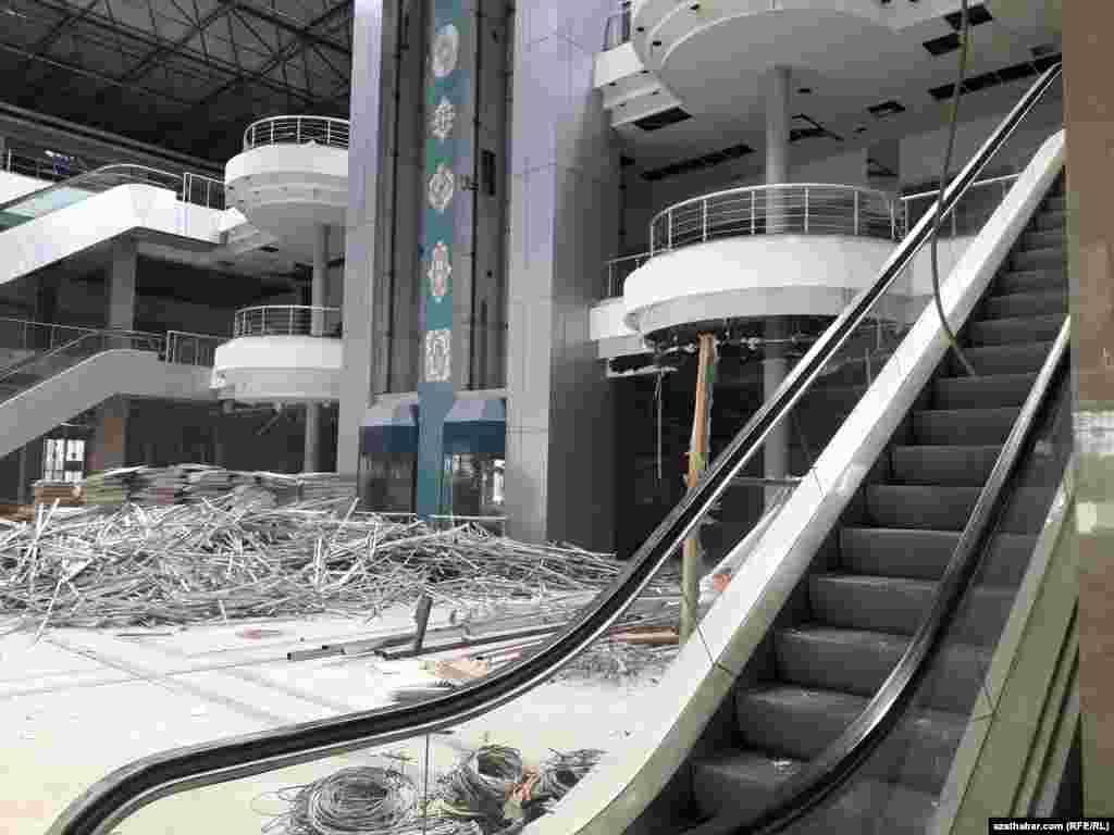 """Строительство торгового центра """"Йимпаш"""" и бизнес-центра """"Йимпаш"""" начавшееся в конце 90-х годов, осуществлялось за счет инвестиций собственников компании """"Йимпаш Холдинг""""."""