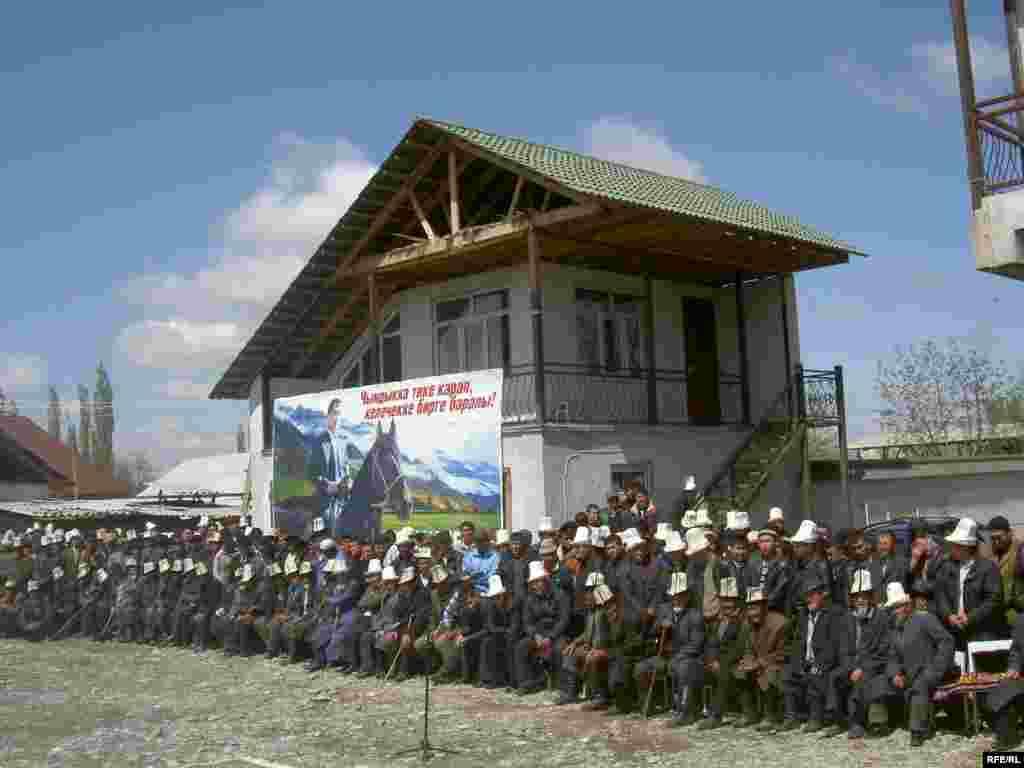 Маркумдун атасы тажыяда уулу көптөгөн асыл максаттарына жетпей калганын айтып, зар какшады - Kyrgyzstan -- Funeral the deputy of parliament Sanjar Kadyraliev, Village Kyzyl-Senir Uzgen district,16april2009