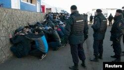 Полиция задерживает трудовых мигрантов в Бирюлево. Москва, 14 октября 2013 года.