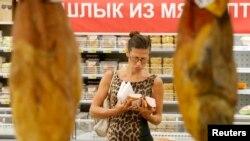 Покупательница в магазине. Москва, 18 августа 2014 года.