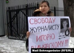 Гражданская активистка Жанна Байтелова проводит акцию протеста у тюрьмы КНБ. Алматы, 20 февраля 2012 года.