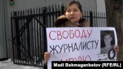 Жанна Байтелова во время пикета в защиту Игоря Винявского у здания СИЗО КНБ в Алматы, 20 февраля 2012 года.