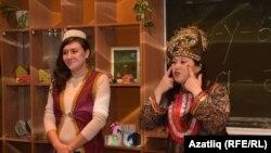 Диния Кәримуллина (с) һәм Лариса Гайнетдинова вокал дәресен алып бара