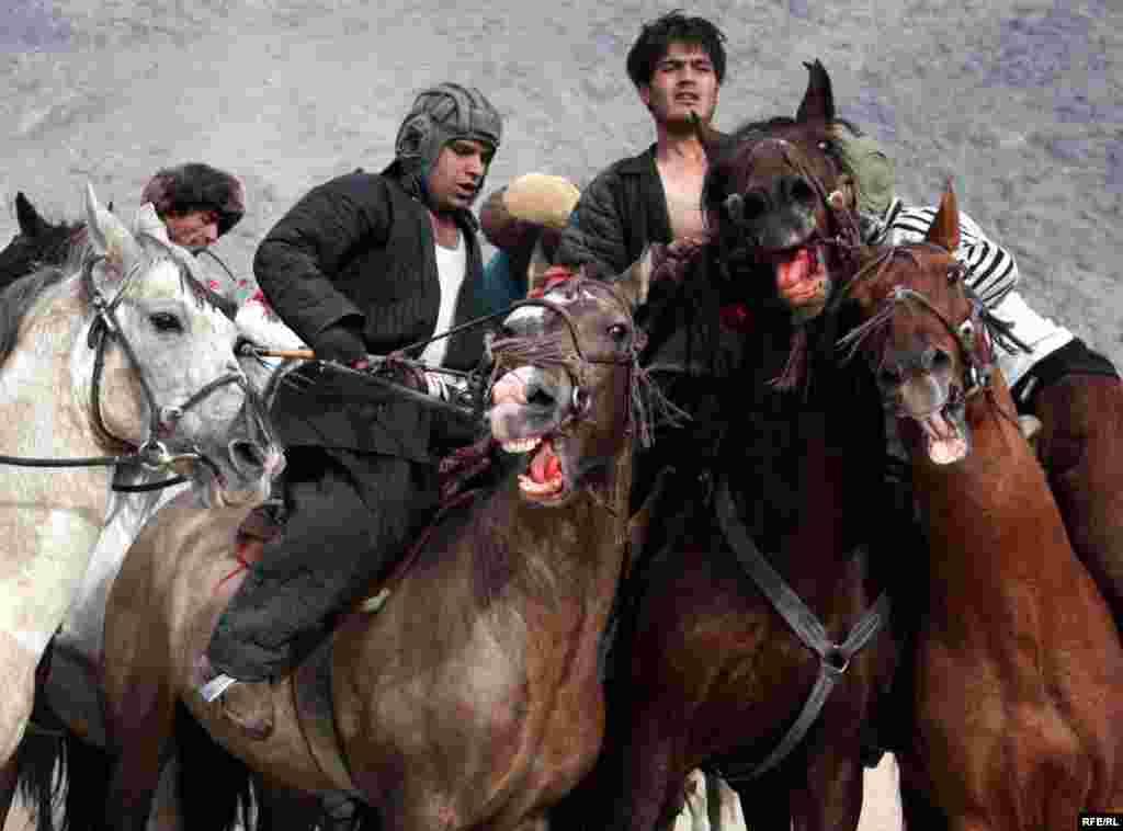 بزکشی در افغانستان از حمایت دولت ها برخوردار بوده است. در زمان محمد ظاهرشاه (تا ۱۹۷۳) این مسابقات هم زمان با جشن تولد شاهنشاهی برگزار میشد. رژیم های بعدی تاریخ مسابقه را به سالروز سازمان ملل متحد تغییر دادند.