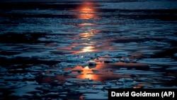 Полночь в арктических водах Канады 23 июля 2017 года