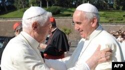 Papa Francisc (dreapta) și Papa emeritus Benedict XVI