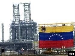 Ілюстрацыйнае фота. Сьцяг Вэнэсуэлы на газа- і нафтахімічным заводзе