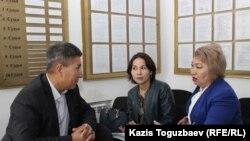 Адвокаты (справа налево) Гульнара Жуаспаева, Айнур Омарова и Айдын Табылдиев перед началом судебного заседания в Жетысуском районном суде обсуждают тактику борьбы за перевод дела «джихадистов» в Алмалинский районный суд. Алматы, 10 сентября 2018 года.
