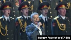 Олег Газманов выступает на торжественном вечере, посвященном 85-летию ВДВ