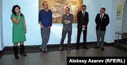 """Директор """"Арт-центра Алма-Ата"""" Мадина Смагулова (слева) открывает выставку """"История горизонтов"""", бизнесмен Нурлан Смагулов (справа). Алматы, 6 марта 2013 года."""