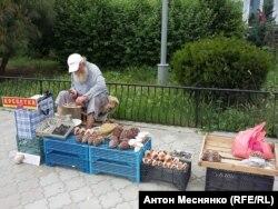 Торговец на набережной Алушты