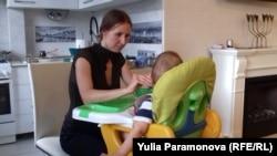 Инна Хэльмут с ребенком