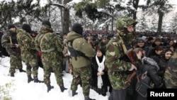Цхинвалда җиде меңләп халык сайлау нәтиҗәләрен бирүне таләп итү өчен хөкүмәт бинасына таба юл ала. 30 ноябрь 2011
