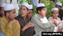 اطفالی که از غزنی به بهانۀ فراگیری آموزشهای دینی به کویته برده میشدند.