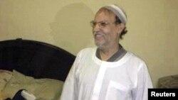 القيادي في جماعة الأخوان المسلمين عصام العريان يقف مبتسماً بعد إلقاء القبض عليه