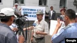 Укук коргоочу Равшан Гапиров сотторго каршы Оштогу нааразылык чарада, 6-июль, 2006-жыл.
