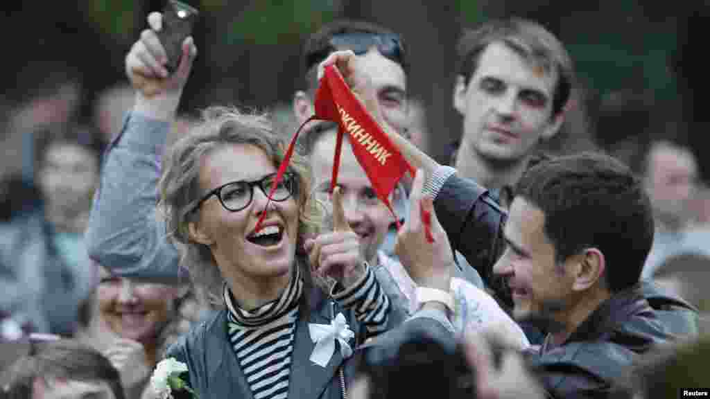 Илья Яшин и Ксения Собчак в лагере протеста в Москве 10 мая. (Reuters/Денис Синяков)