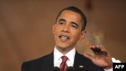 Президент Обама 24-мартта Ак Үйдөгү пресс-конференцияда сүйлөп жатат, 24-март