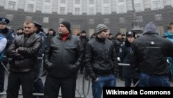 Шеруде жүрген «титушколар». Киев, 24 қараша 2013 жыл.