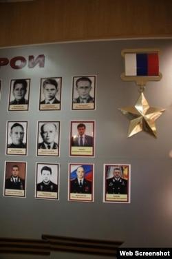 Әскери училищенің құрмет тақтасындағы Анатолий Чепиганың суреті.