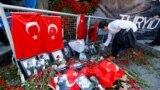 Reina atly gijeki klubyň girelgesinde pidalaryň hatyrasyna gül goýulýar, Stambul, 3-nji ýanwar, 2017.