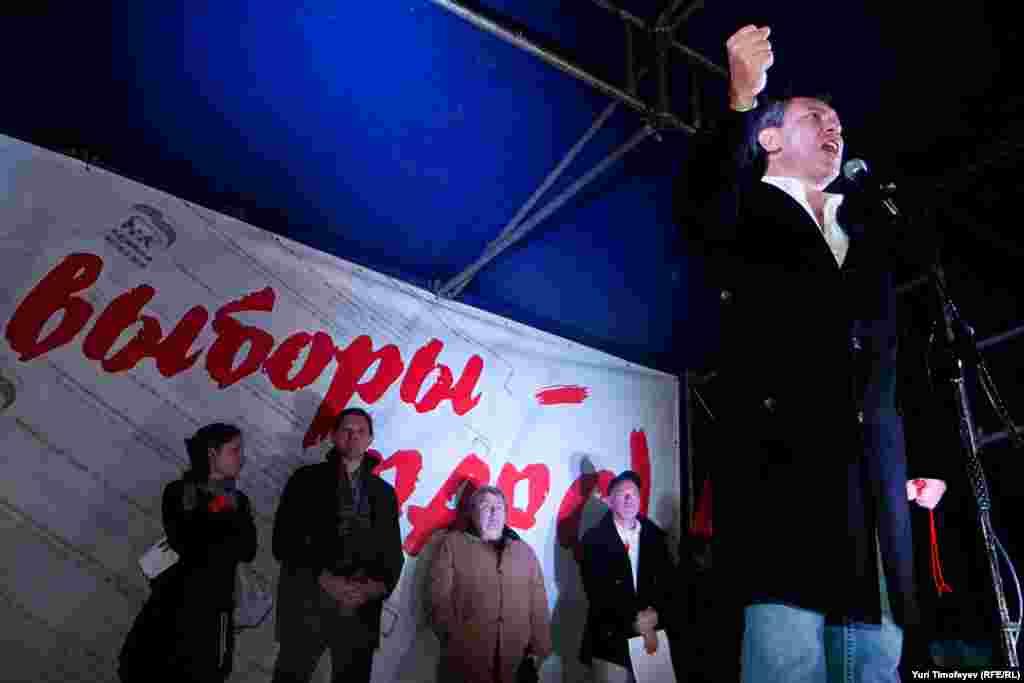 """Дүшәмбе кичендә Мәскәүдә """"Сезнең сайлаулар – фарс!"""" дигән каршылык чарасы үтте. """"Солидарность"""" (""""Теләктәшлек"""") хәрәкәте оештырган чарада меңнәрчә кеше катнашты."""