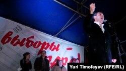 """Борис Немцов выступает на митинге """"Ваши выборы - фарс!"""" на Чистых прудах в Москве, 5 декабря 2011"""