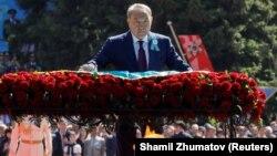 Президент Казахстана Нурсултан Назарбаев на возложении цветов к Вечному огню в Парке имени 28 гвардейцев-панфиловцев. Алматы, 9 мая 2018 года.