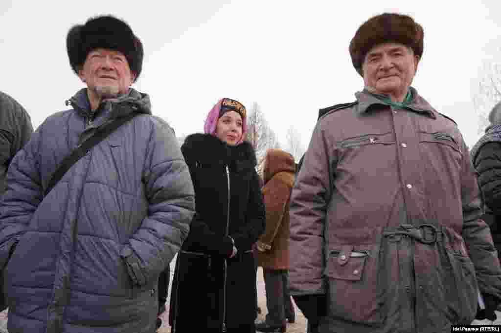 Татар тілін қолдау жиынына келгендердің бір тобы.