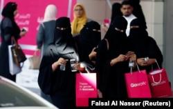 Саудовские женщины в торговом центре в Эр-Рияде. Декабрь 2017 года