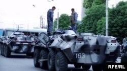 Өзбек армиясынын танктары Анжияндын чок ортосунда, 14-май, 2005.