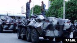 Андижондаги қонли воқеалардан сўнг журналистлар томонидан суратга олинган БТР