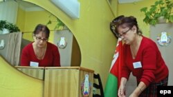 Belarus -- A Member of the local election commission prepares a polling station for parliamentary elections in Minsk, 26Sep2008