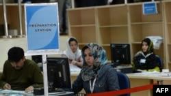 Сотрудники избирательной комиссии Афганистана обрабатывают данные с избирательных участков. Кабул, 8 апреля 2014 года.